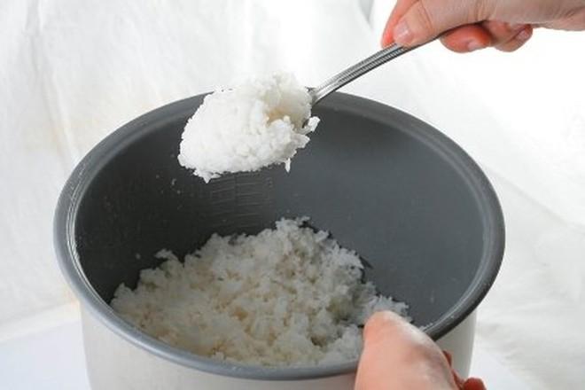 Trộn cơm nguội với trứng sống, tưởng làm chơi ngờ đâu có được món ngon không tưởng - Ảnh 1.