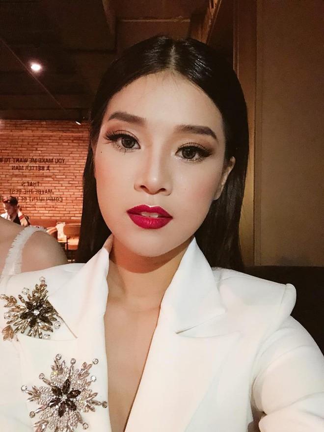Chọn bộ suit trắng khác biệt hoàn toàn với dàn thí sinh của Hoa hậu chuyển giới ,nhưng phong cách của Hương Giang lại khá quen mặt tại showbiz Việt - Ảnh 7.