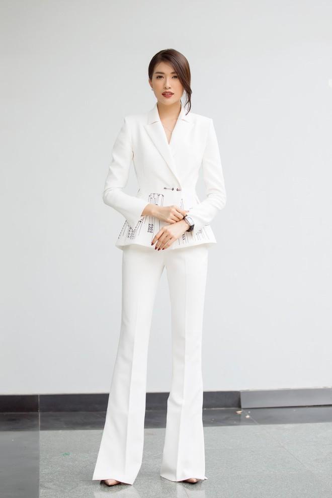 Chọn bộ suit trắng khác biệt hoàn toàn với dàn thí sinh của Hoa hậu chuyển giới ,nhưng phong cách của Hương Giang lại khá quen mặt tại showbiz Việt - Ảnh 11.