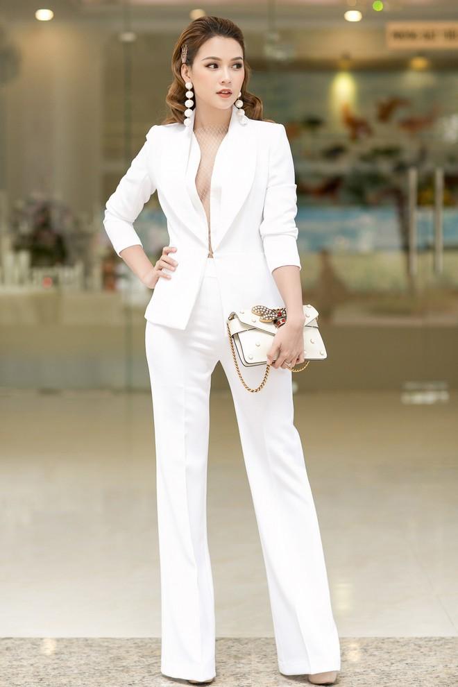Chọn bộ suit trắng khác biệt hoàn toàn với dàn thí sinh của Hoa hậu chuyển giới ,nhưng phong cách của Hương Giang lại khá quen mặt tại showbiz Việt - Ảnh 15.