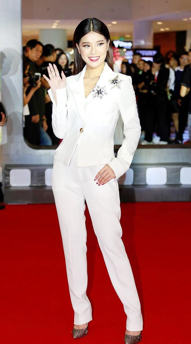 Chọn bộ suit trắng khác biệt hoàn toàn với dàn thí sinh của Hoa hậu chuyển giới ,nhưng phong cách của Hương Giang lại khá quen mặt tại showbiz Việt - Ảnh 5.