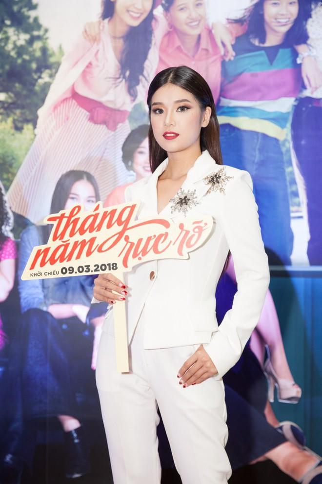 Chọn bộ suit trắng khác biệt hoàn toàn với dàn thí sinh của Hoa hậu chuyển giới ,nhưng phong cách của Hương Giang lại khá quen mặt tại showbiz Việt - Ảnh 6.