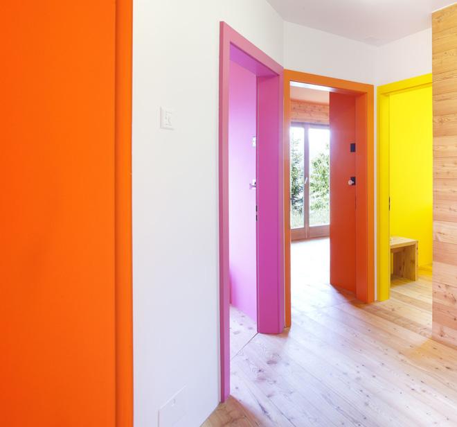 Bề ngoài thì mộc mạc nhưng bên trong của ngôi nhà là cả một thế giới màu sắc đến bất ngờ - Ảnh 10.