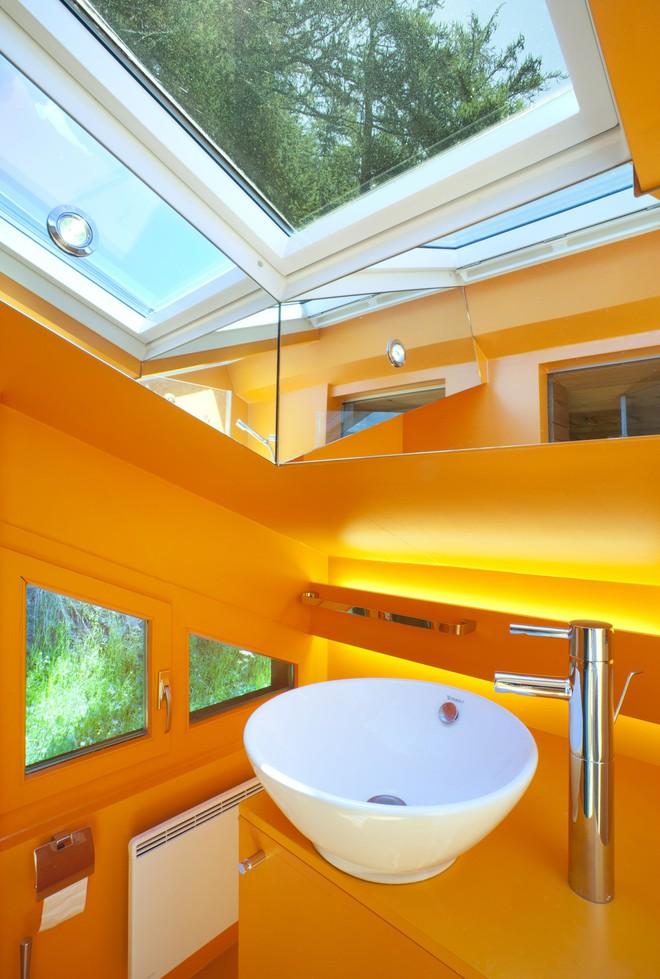 Bề ngoài thì mộc mạc nhưng bên trong của ngôi nhà là cả một thế giới màu sắc đến bất ngờ - Ảnh 11.
