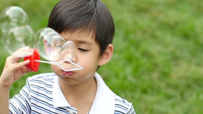8 hoạt động cực thú vị bố mẹ có thể trải nghiệm cùng con trong những ngày xuân ấm áp - Ảnh 1.