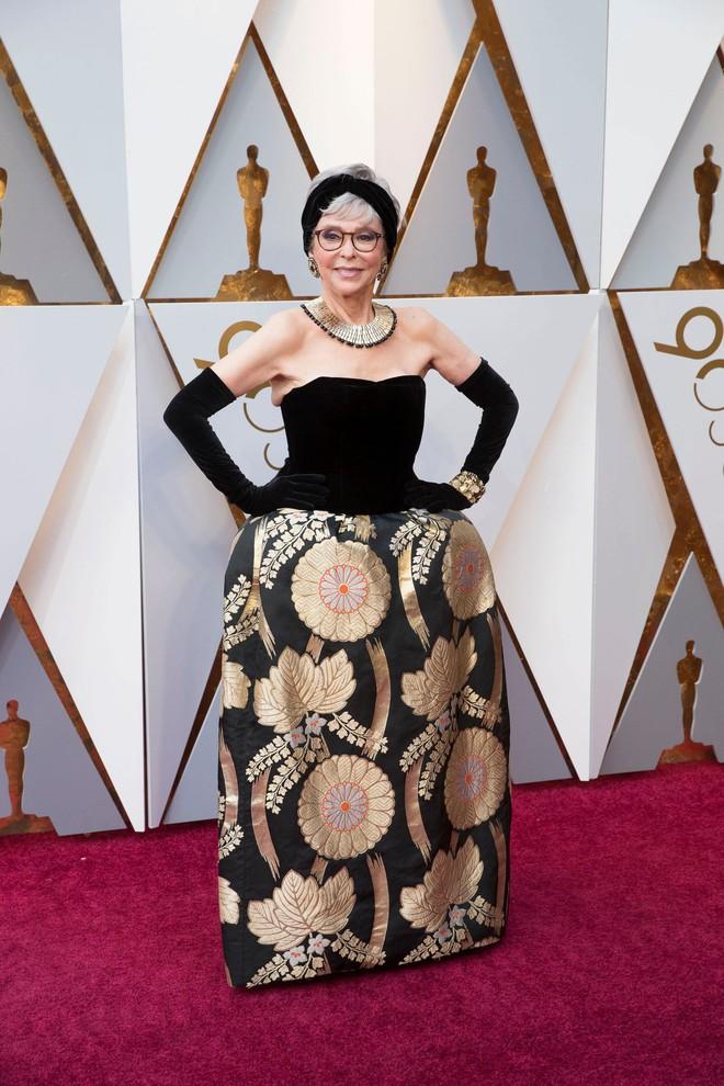 Tái chế lại chiếc váy có tuổi đời hơn 50 năm, cụ bà Rita Moreno vẫn chém đẹp loạt sao trẻ tại Oscar 2018  - Ảnh 1.