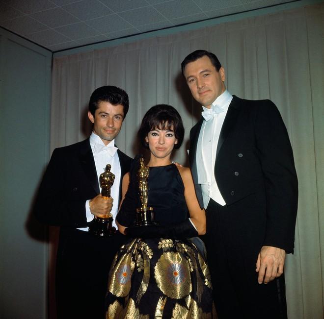 Tái chế lại chiếc váy có tuổi đời hơn 50 năm, cụ bà Rita Moreno vẫn chém đẹp loạt sao trẻ tại Oscar 2018  - Ảnh 2.