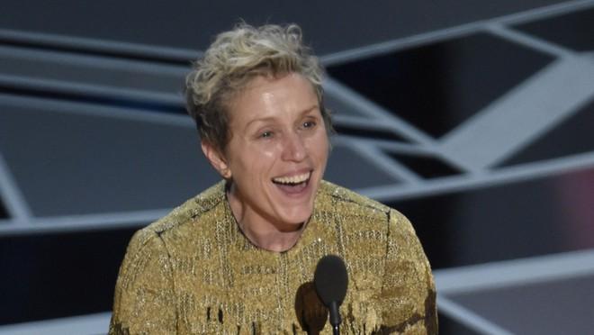 Trước dàn sao đầu tư trang điểm cẩn thận, nữ diễn viên suất xắc nhất Oscar 2018 lại để mặt mộc tự nhiên lên nhận giải - Ảnh 4.