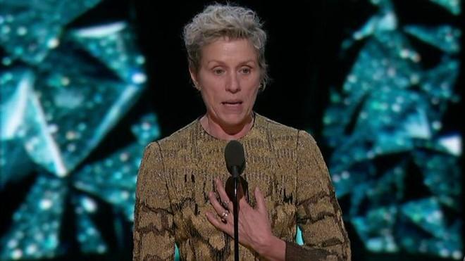 Trước dàn sao đầu tư trang điểm cẩn thận, nữ diễn viên suất xắc nhất Oscar 2018 lại để mặt mộc tự nhiên lên nhận giải - Ảnh 5.