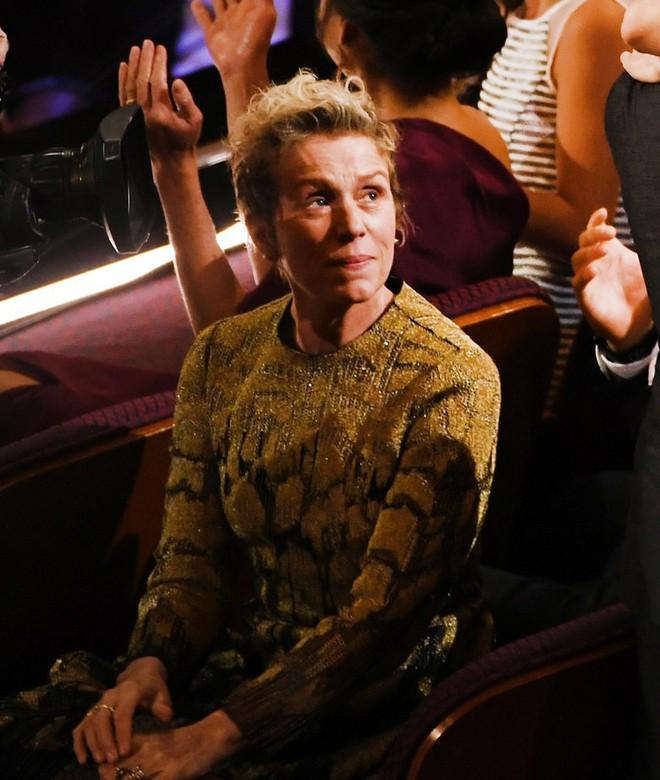 Trước dàn sao đầu tư trang điểm cẩn thận, nữ diễn viên suất xắc nhất Oscar 2018 lại để mặt mộc tự nhiên lên nhận giải - Ảnh 6.