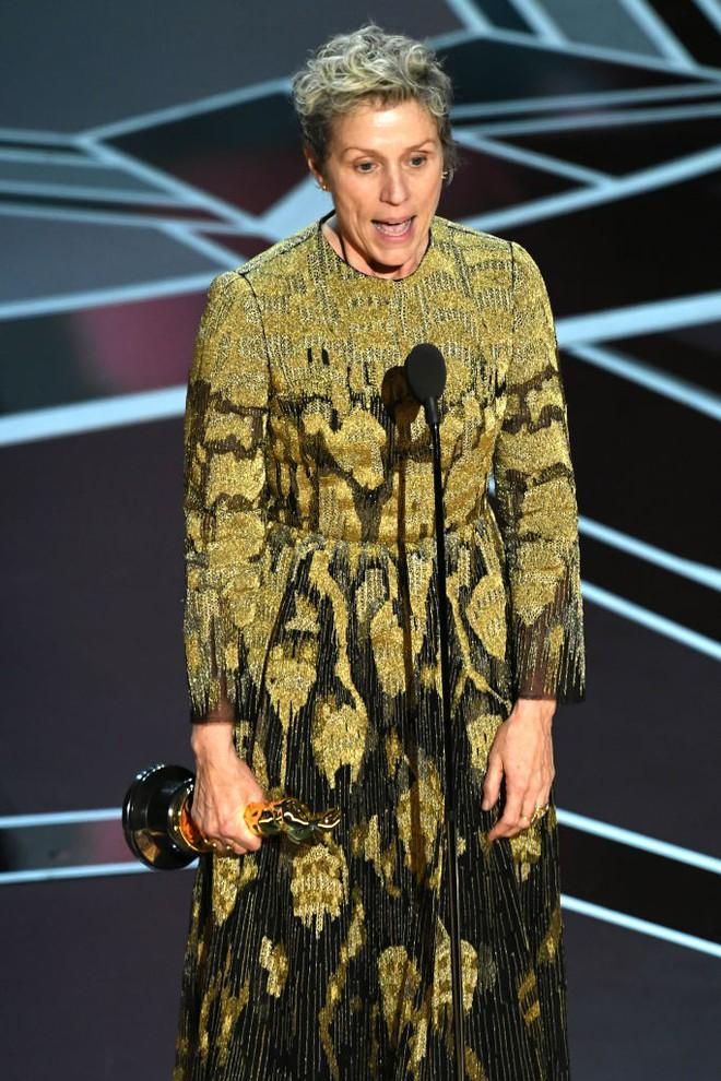 Trước dàn sao đầu tư trang điểm cẩn thận, nữ diễn viên suất xắc nhất Oscar 2018 lại để mặt mộc tự nhiên lên nhận giải - Ảnh 3.
