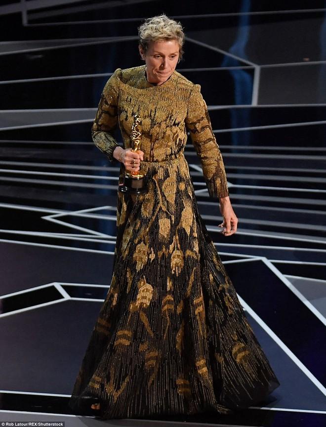 Trước dàn sao đầu tư trang điểm cẩn thận, nữ diễn viên suất xắc nhất Oscar 2018 lại để mặt mộc tự nhiên lên nhận giải - Ảnh 2.