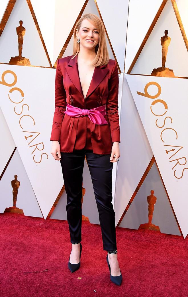 Không hổ danh là nữ thần thảm đỏ, mỹ nhân La La Land Emma Stone diện quần áo giản đơn vẫn thần thái xuất sắc - Ảnh 2.