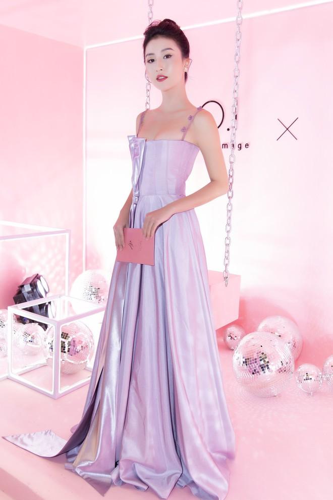 Khoe sắc vóc thanh tân trong chiếc đầm tím chuẩn trend, Quỳnh Anh Shyn nào có kém đàn chị Đông Nhi - Ảnh 2.