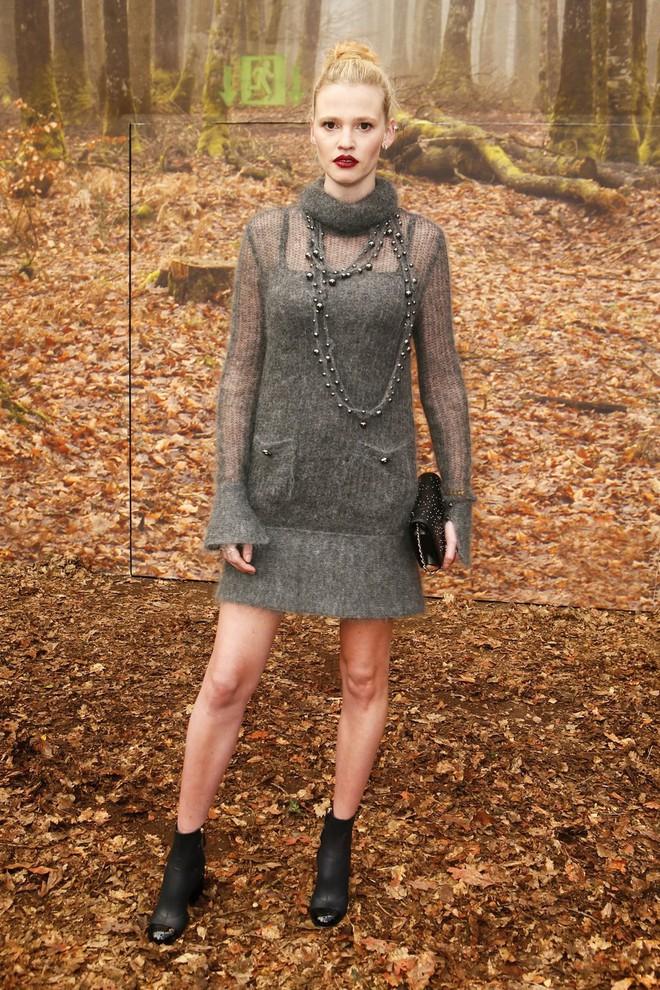 Có show nào xôm hơn Chanel: Dàn sao hot Hoa-Hàn-Thái hội tụ, cùng lạc lối trong khu rừng mùa thu - Ảnh 13.