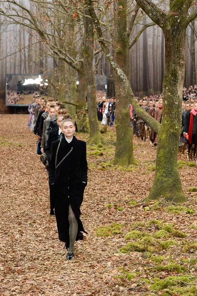 Có show nào xôm hơn Chanel: Dàn sao hot Hoa-Hàn-Thái hội tụ, cùng lạc lối trong khu rừng mùa thu - Ảnh 22.