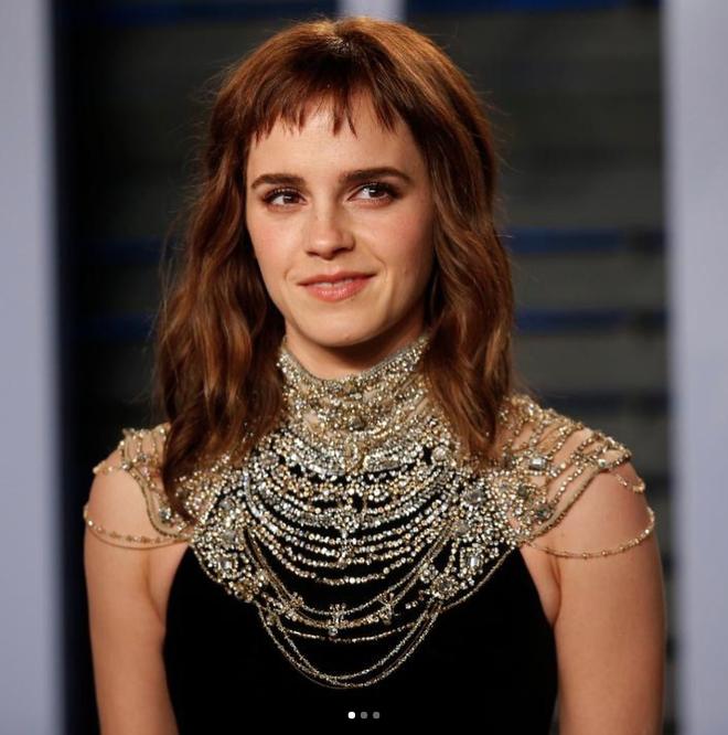 Đổi gió với tóc mái nham nhở, tưởng trẻ hơn nhưng Emma Watson lại bị dìm nhan sắc thực sự - Ảnh 2.