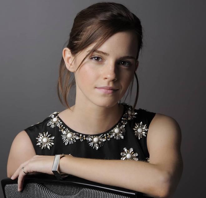 Đổi gió với tóc mái nham nhở, tưởng trẻ hơn nhưng Emma Watson lại bị dìm nhan sắc thực sự - Ảnh 5.