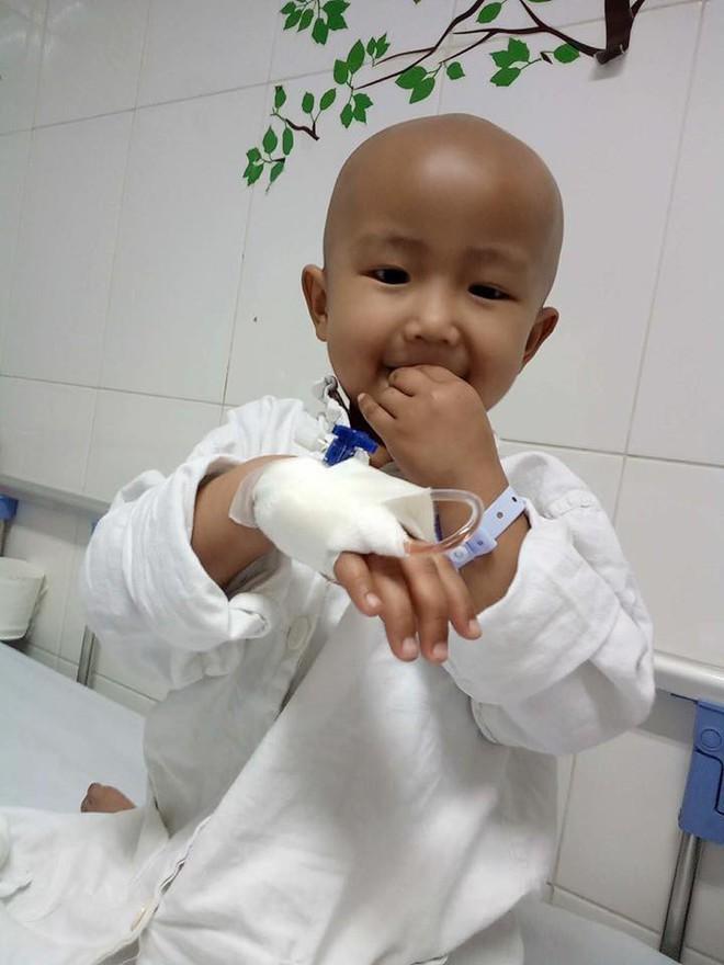 Xót xa bé gái 4 tuổi mang trong mình căn bệnh ung thư buồng trứng quái ác - Ảnh 1.
