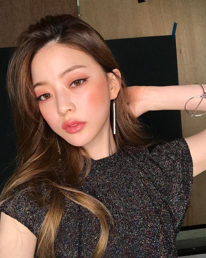 Học ngay cách makeup glow căng bóng xinh lung linh đang khiến con gái Hàn mê mẩn dạo gần đây - Ảnh 1.