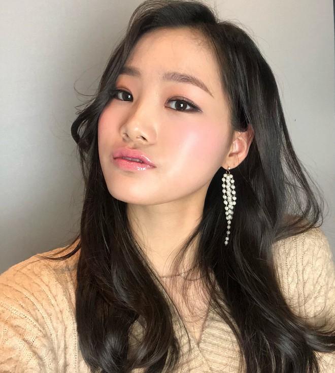 Học ngay cách makeup glow căng bóng xinh lung linh đang khiến con gái Hàn mê mẩn dạo gần đây - Ảnh 2.