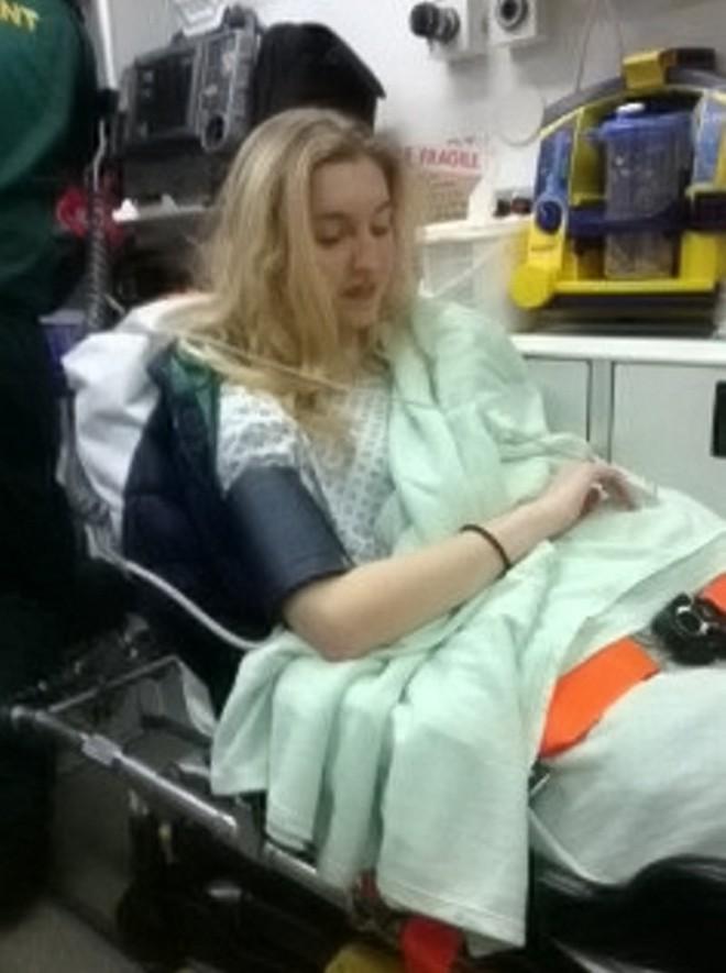Cô gái Anh 18 tuổi gặp phản ứng phụ khi dùng thuốc tránh thai để trị mụn đến nỗi suýt mất mạng - Ảnh 4.