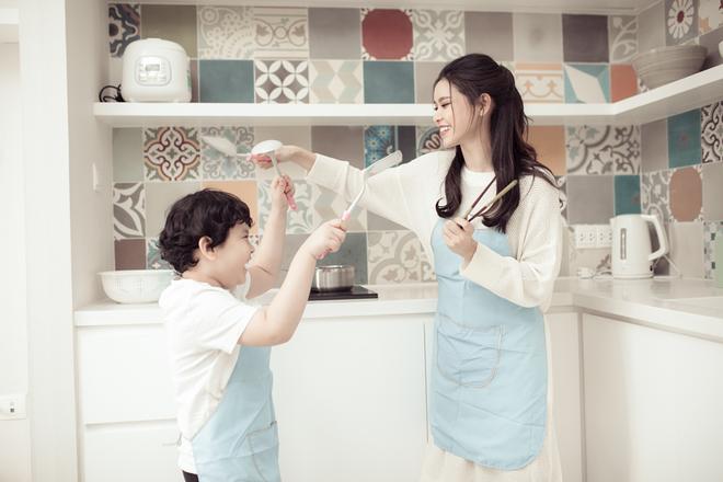 Mẹ con Trương Quỳnh Anh ngọt ngào và hạnh phúc trong bộ ảnh dành cho dịp 8/3 - Ảnh 7.