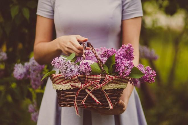 Phụ nữ, dù chọn mình là bông hoa nào, hãy cứ rực rỡ nhất trong thời điểm ấy - Ảnh 1.