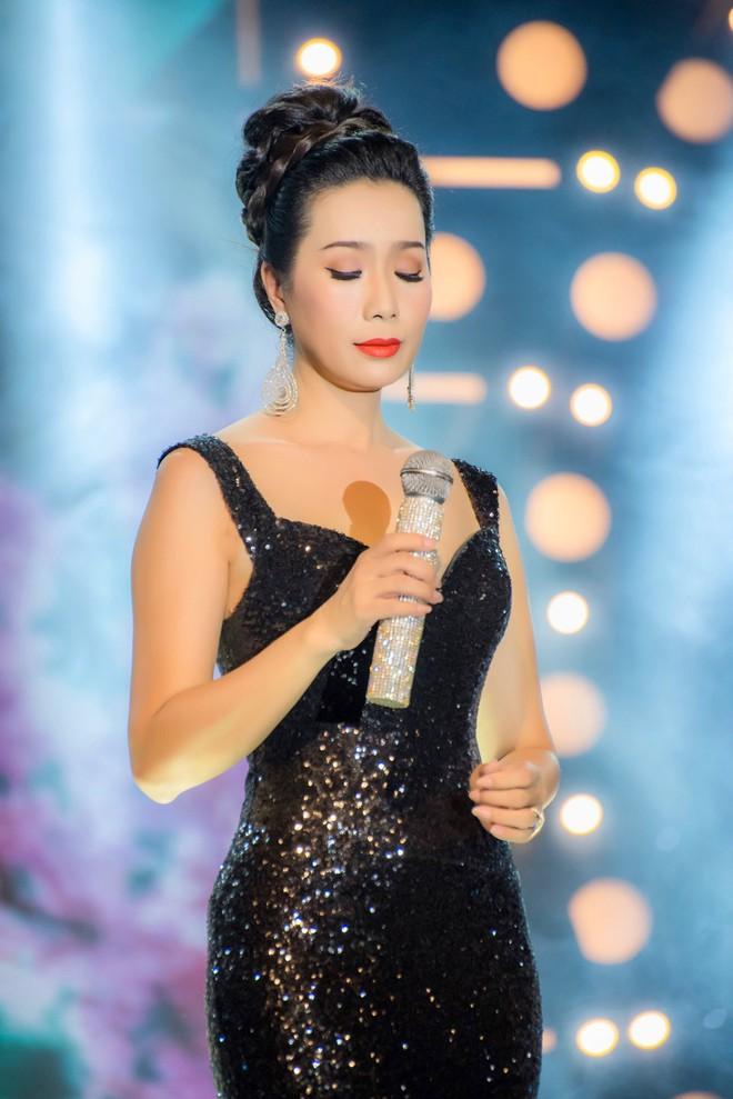 Diện áo dài xưa đỏ rực, Trịnh Kim Chi nồng nàn hát Bolero - ảnh 8