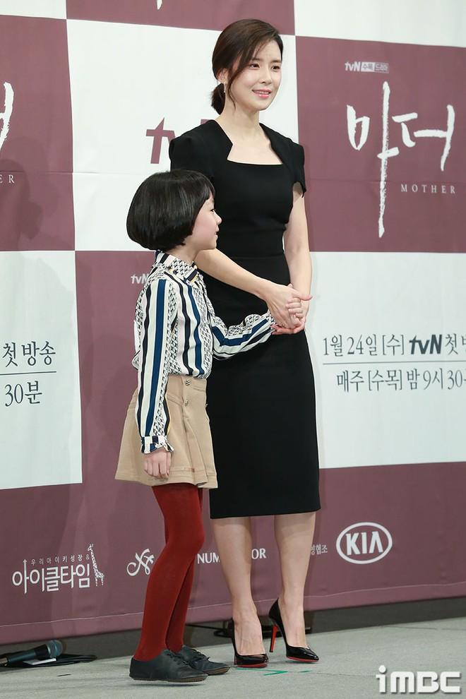 Cựu Hoa hậu Hàn Lee Bo Young đẹp quý phái bên con gái - Ảnh 2.