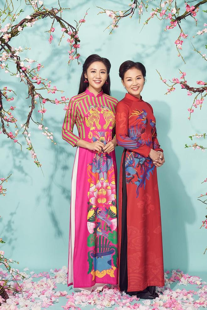 Diện áo dài đỏ rực, Văn Mai Hương khoe mẹ ruột trẻ trung, xinh đẹp - Ảnh 4.