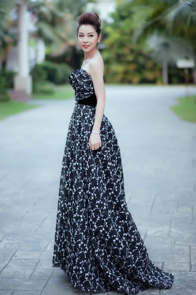 Cùng chọn kiểu tóc búi khi diện váy cúp ngực, Jennifer Phạm sang trọng, trong khi Nhã Phương lại xinh đẹp như một nàng công chúa - Ảnh 2.