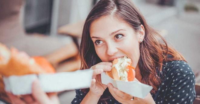 Tác hại của việc ăn nhiều đường hiển thị trên mặt bạn và 8 cách ăn uống khắc phục - Ảnh 2.