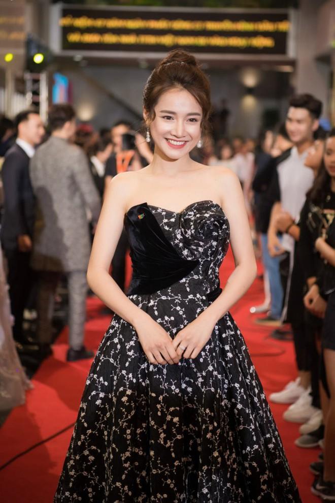 Cùng chọn kiểu tóc búi khi diện váy cúp ngực, Jennifer Phạm sang trọng, trong khi Nhã Phương lại xinh đẹp như một nàng công chúa - Ảnh 4.