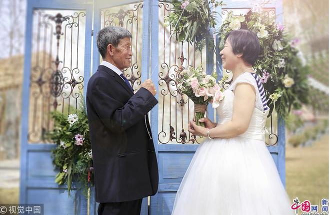 Xúc động với bộ ảnh cưới của cặp đôi U90: Hạnh phúc là khoảnh khắc tay trong tay cùng nhau tới đầu bạc răng long - Ảnh 2.