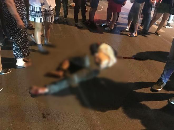 Hà Nội: Xe bán tải đâm rồi kéo lê nạn nhân hàng trăm mét, tài xế bị người dân phẫn nộ đuổi đánh giữa đêm - ảnh 1