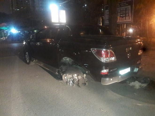 Hà Nội: Xe bán tải đâm rồi kéo lê nạn nhân hàng trăm mét, tài xế bị người dân phẫn nộ đuổi đánh giữa đêm - ảnh 2