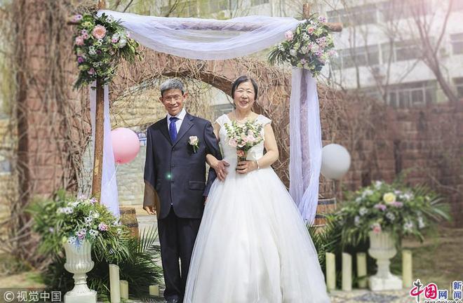 Xúc động với bộ ảnh cưới của cặp đôi U90: Hạnh phúc là khoảnh khắc tay trong tay cùng nhau tới đầu bạc răng long - Ảnh 3.