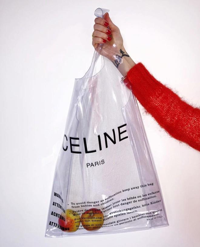 Trông hệt như túi nilon đi chợ nhưng túi nhựa trong có giá hơn 20 triệu của Celine đang được các tín đồ thời trang thích điên cuồng - Ảnh 1.
