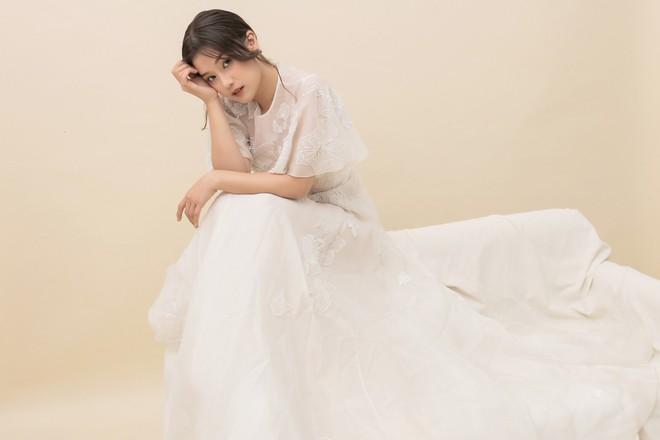 Hoàng Yến Chibi thấp hơn HH Đỗ Mỹ Linh hẳn chục centimet, nhưng khi diện chiếc đầm trắng này thì khó lòng chọn ra ai đẹp hơn - Ảnh 1.