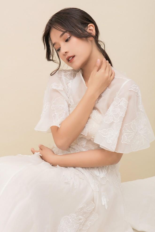 Hoàng Yến Chibi thấp hơn HH Đỗ Mỹ Linh hẳn chục centimet, nhưng khi diện chiếc đầm trắng này thì khó lòng chọn ra ai đẹp hơn - Ảnh 3.