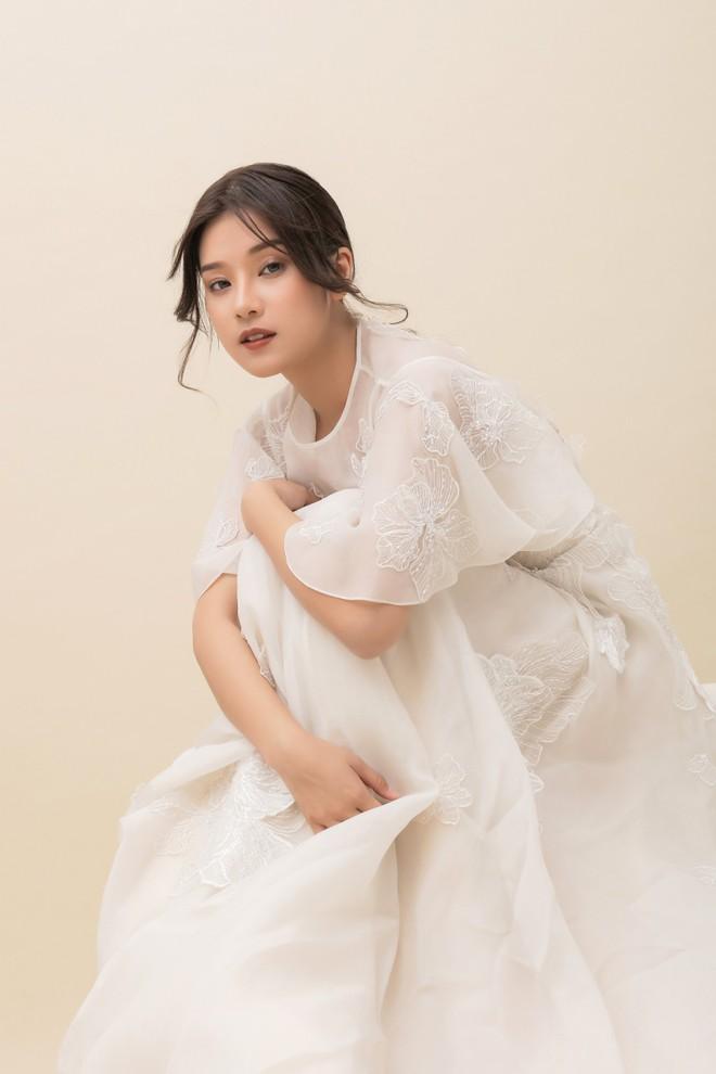 Hoàng Yến Chibi thấp hơn HH Đỗ Mỹ Linh hẳn chục centimet, nhưng khi diện chiếc đầm trắng này thì khó lòng chọn ra ai đẹp hơn - Ảnh 4.