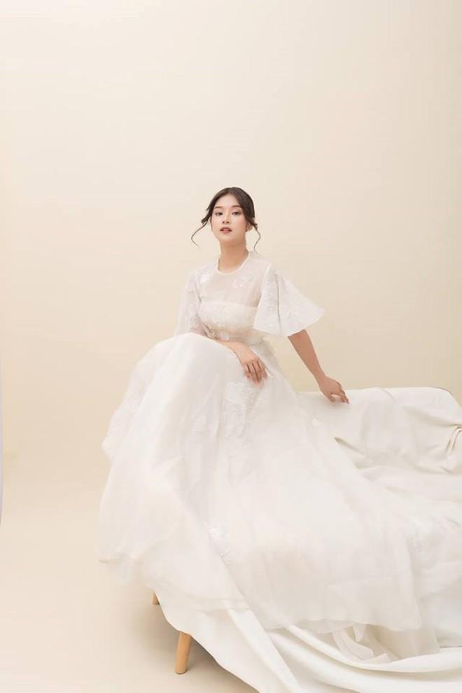 Hoàng Yến Chibi thấp hơn HH Đỗ Mỹ Linh hẳn chục centimet, nhưng khi diện chiếc đầm trắng này thì khó lòng chọn ra ai đẹp hơn - Ảnh 2.