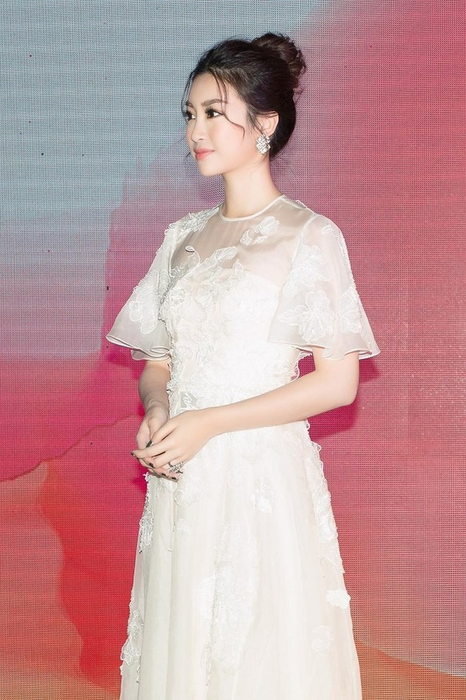 Hoàng Yến Chibi thấp hơn HH Đỗ Mỹ Linh hẳn chục centimet, nhưng khi diện chiếc đầm trắng này thì khó lòng chọn ra ai đẹp hơn - Ảnh 6.