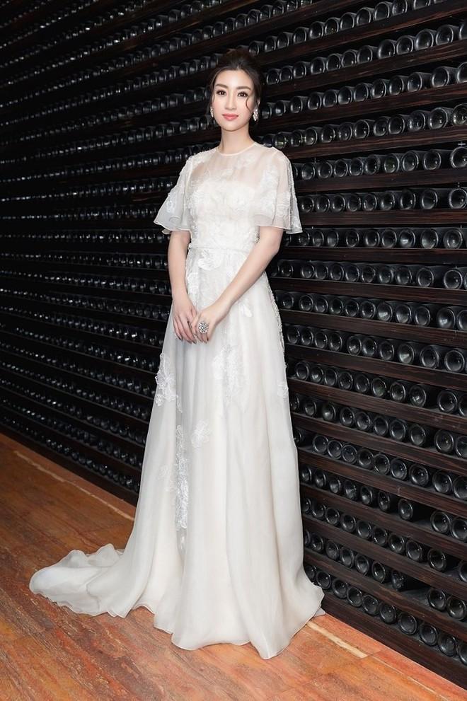 Hoàng Yến Chibi thấp hơn HH Đỗ Mỹ Linh hẳn chục centimet, nhưng khi diện chiếc đầm trắng này thì khó lòng chọn ra ai đẹp hơn - Ảnh 5.