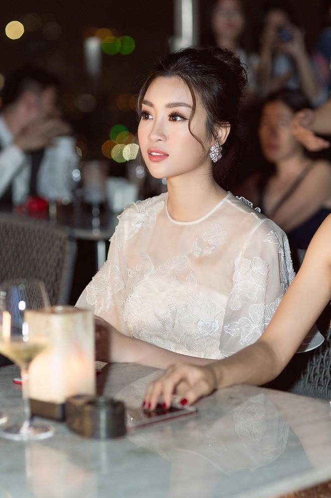 Hoàng Yến Chibi thấp hơn HH Đỗ Mỹ Linh hẳn chục centimet, nhưng khi diện chiếc đầm trắng này thì khó lòng chọn ra ai đẹp hơn - Ảnh 8.