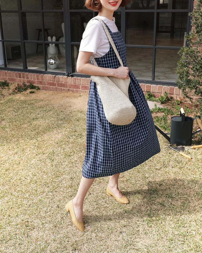 Trong loạt kiểu váy kẻ đang hot dịp đầu hè 2018, váy sơ mi vẫn là món đồ dễ mặc và luôn đẹp  - Ảnh 11.