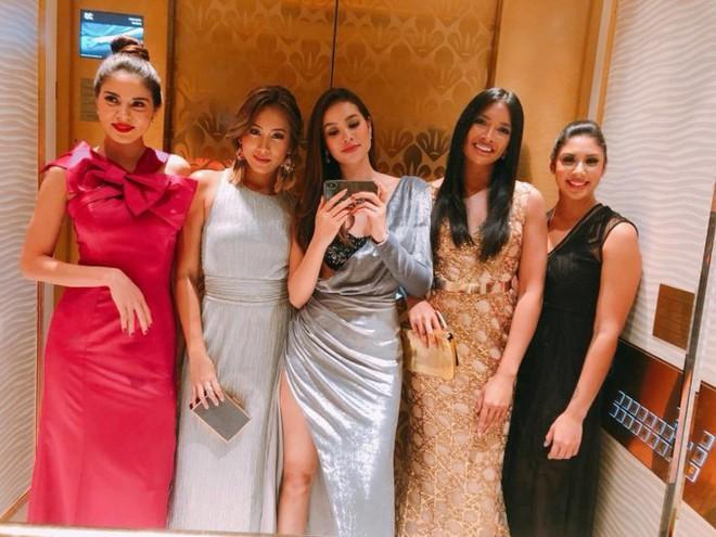 Mặc đầm dạ hội lộ bra táo bạo, Phạm Hương bị che mờ phần ngực khi xuất hiện trên kênh truyền hình Indonesia - Ảnh 1.
