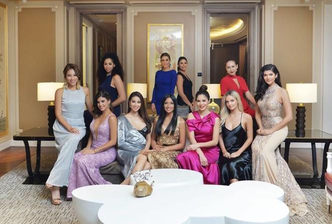 Mặc đầm dạ hội lộ bra táo bạo, Phạm Hương bị che mờ phần ngực khi xuất hiện trên kênh truyền hình Indonesia - Ảnh 2.