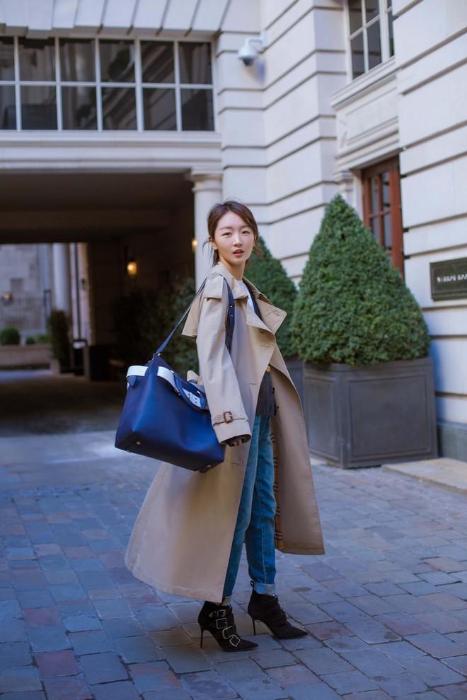 Túi xách giá gần 60 triệu của Burberry có gì hay, mà từ sao châu Á đến Hollywood đụng hàng chan chát - Ảnh 4.